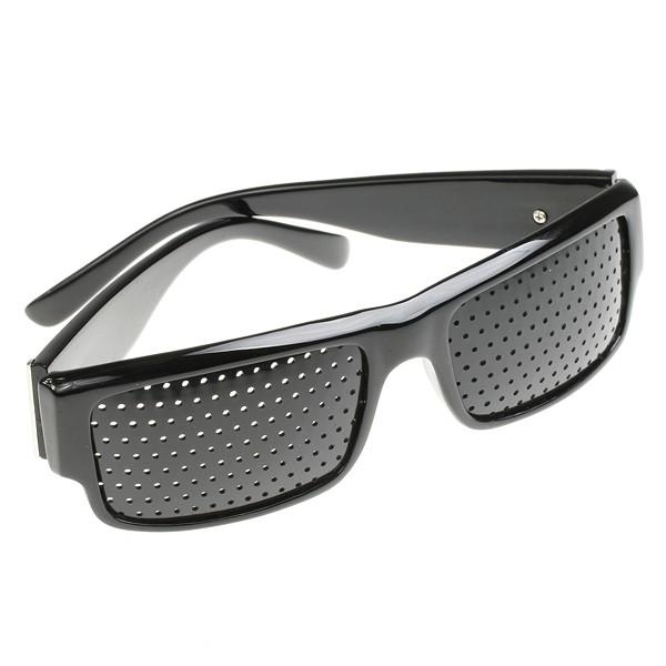 Děrované brýle pomáhají lépe vidět.